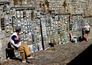 Distracted picture vendor in
